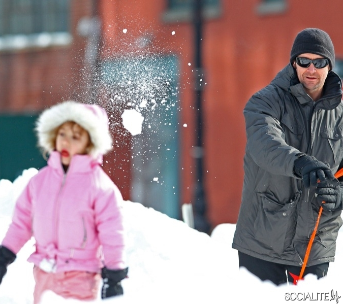 hugh-jackman-ava-snowball-fight-01292011-09-675x599.jpg